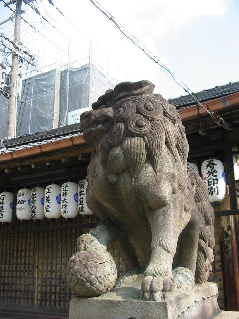 久々の京都<2>うねうね狛の尾っぽのお顔