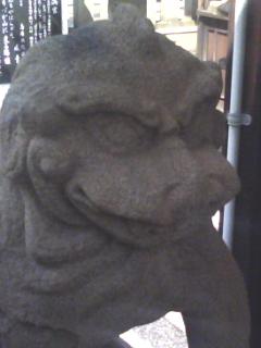 ゴジラ顔の狛犬さん