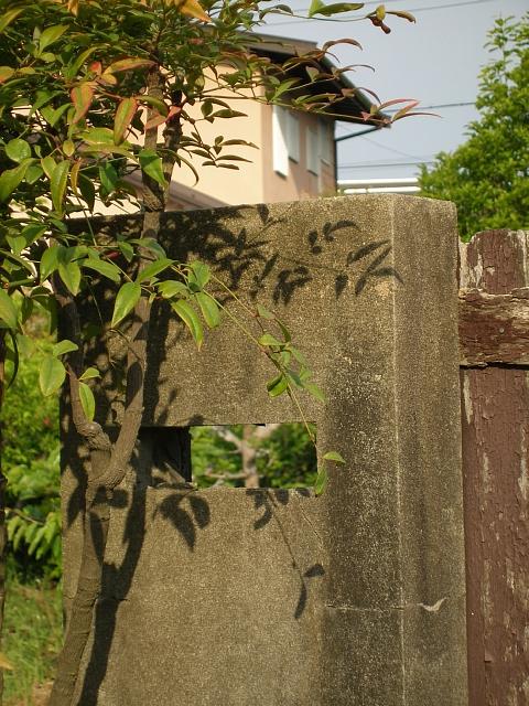 震災廃屋残され門柱