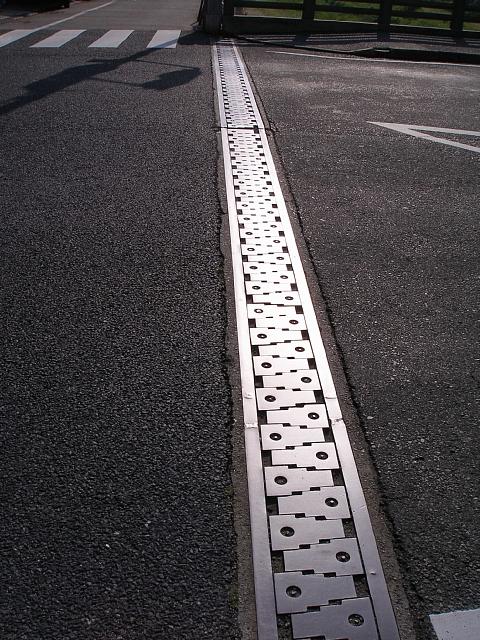 仁川に架かる橋の継ぎ目