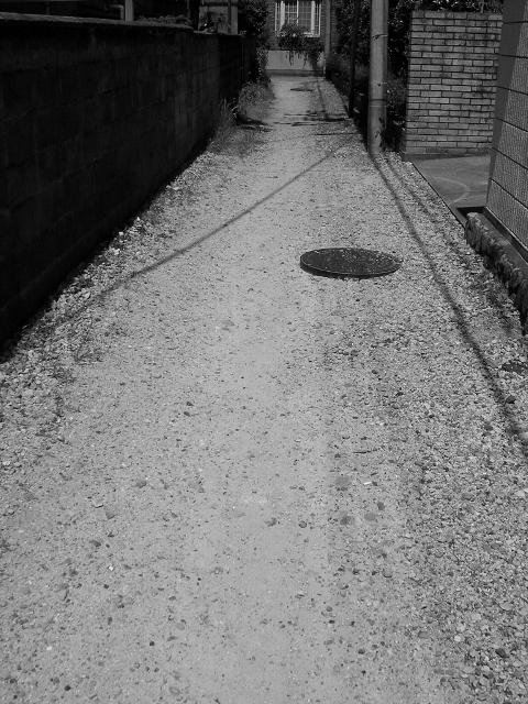 モノクロ遊撮:砂利路地