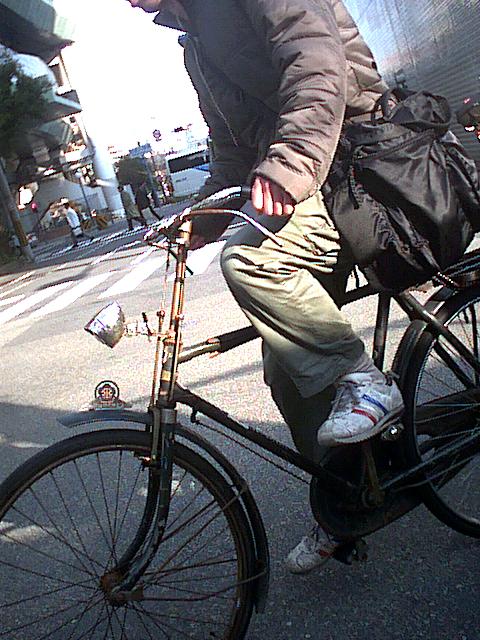 古い自転車に乗る青年